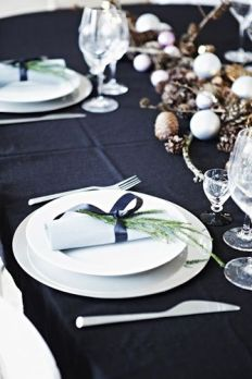 Source: https://www.weddingomania.com/46-beautiful-christmas-wedding-table-setting-ideas/